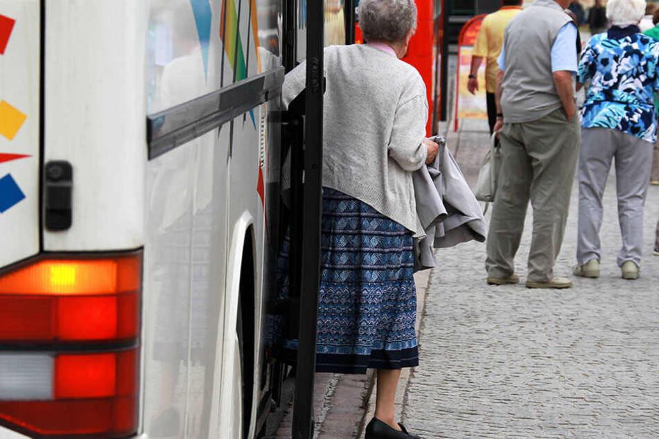 Eine ältere Frau steigt aus einem Reisebus. (Symbolbild)
