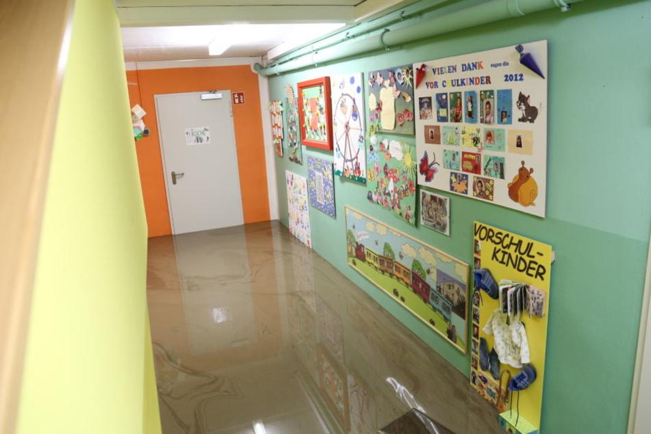 Knöchelhoch steht der Schlamm im Kindergarten.