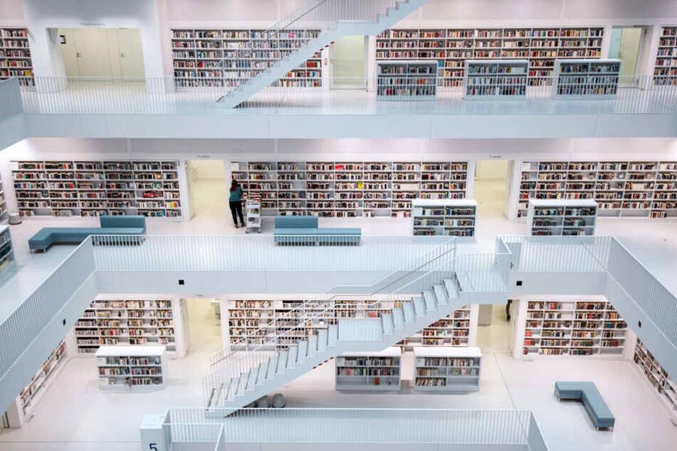 Stadtbibliothek Stuttgart: viele Touristen sind heute in erster Linie auf der Suche nach tollen Fotomotiven. In diesem Bauwerk kann man fündig werden.