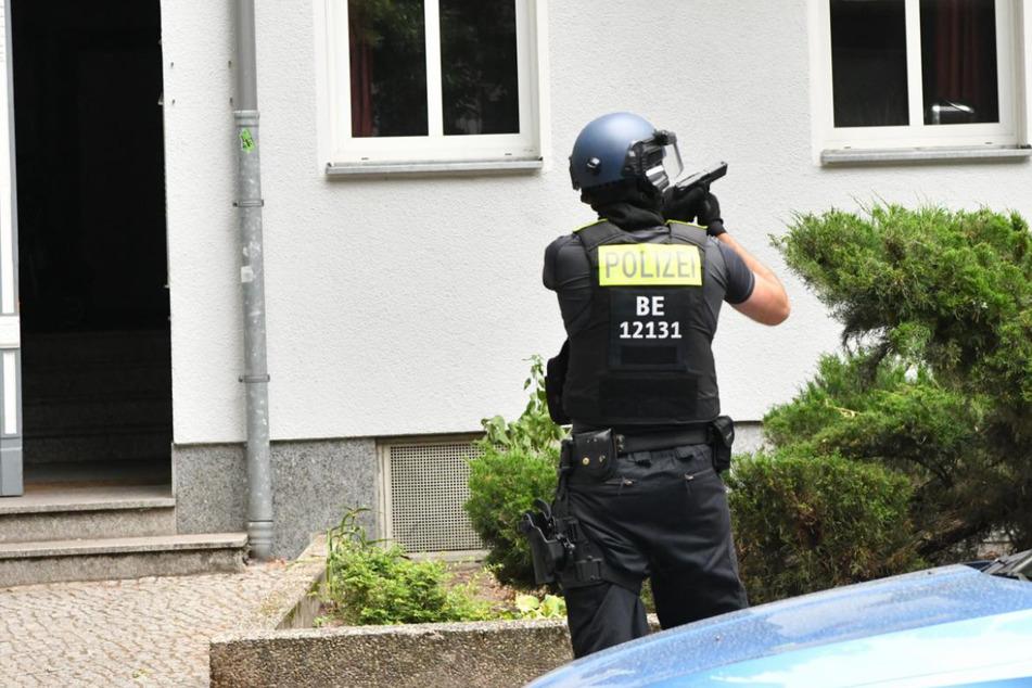 Ein Polizist sichert die Umgebung.