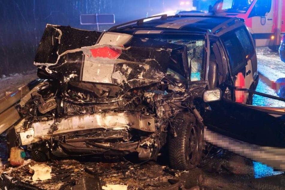 Heftiger Unfall im Schneetreiben: Volvo-Fahrer stirbt bei Crash