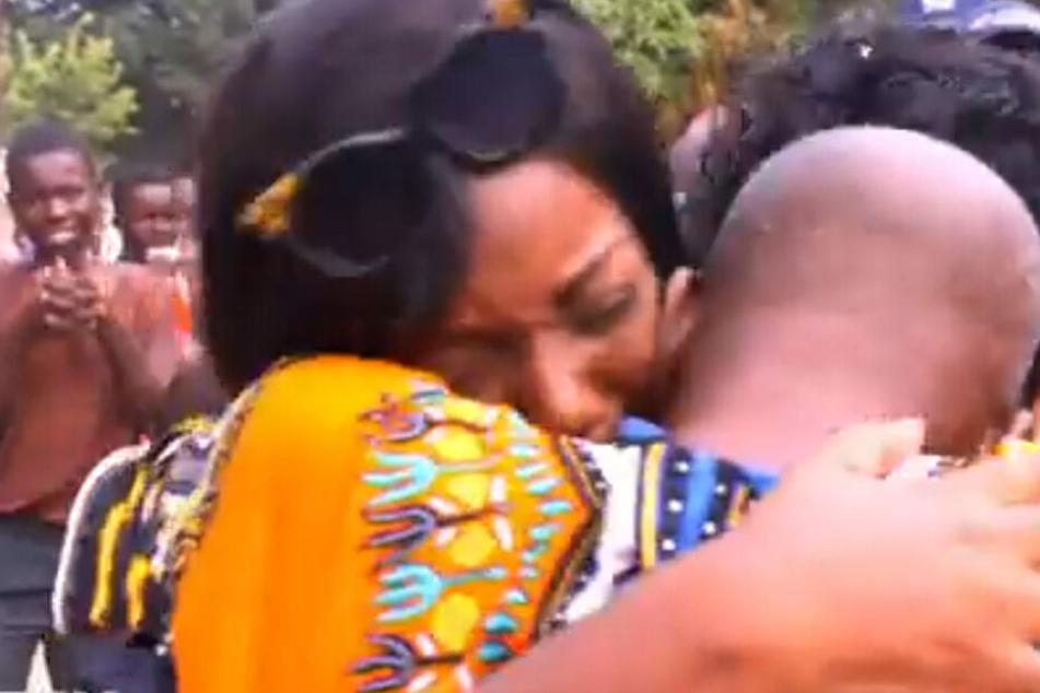 Das Wiedersehen mit ihren vermeintlichen leiblichen Eltern war sehr emotional.