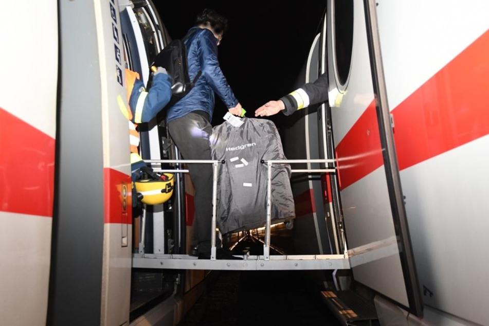 Die Passagiere mussten den Ersatz-Zug über Leitern zwischen den geöffneten Türen betreten.