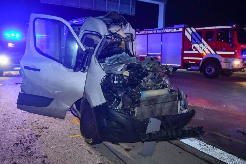 Auf der A2 bei Magdeburg ist in der Nacht zu Mittwoch ein Kurierdienstfahrer ums Leben gekommen.