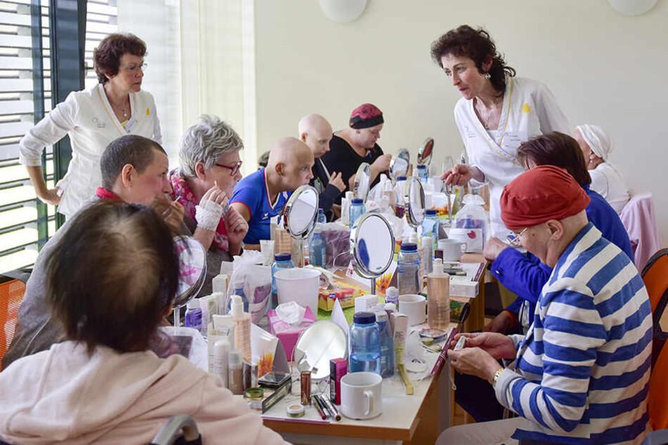 Krebskranke Patientinnen schminken sich zurück ins Leben
