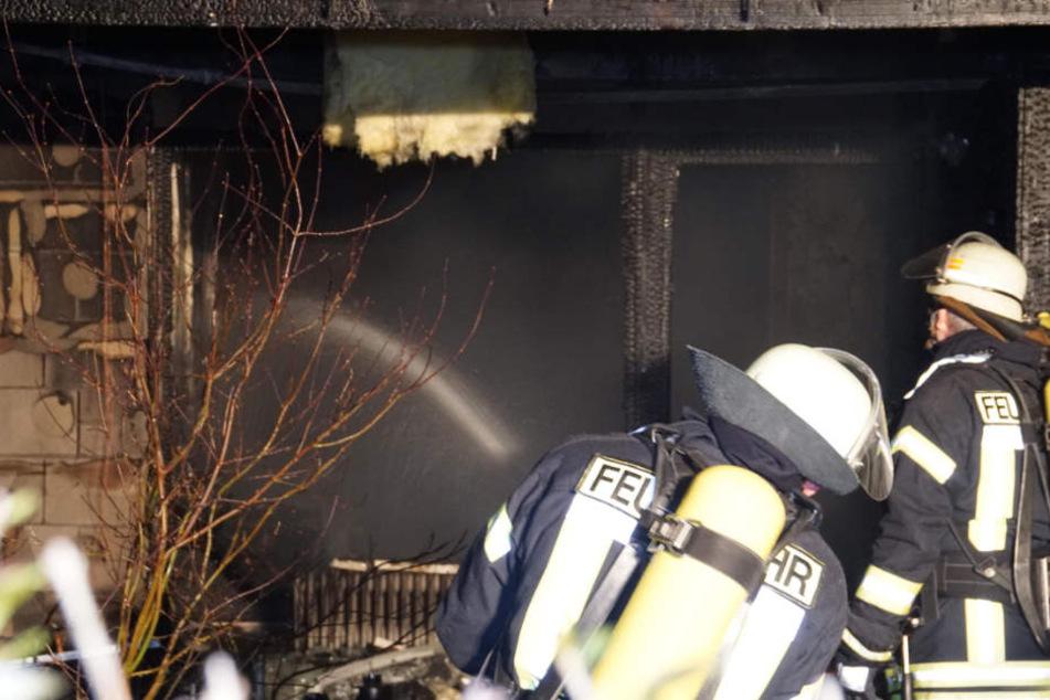Feuerwehrmänner bei den Löscharbeiten in Daxlanden.