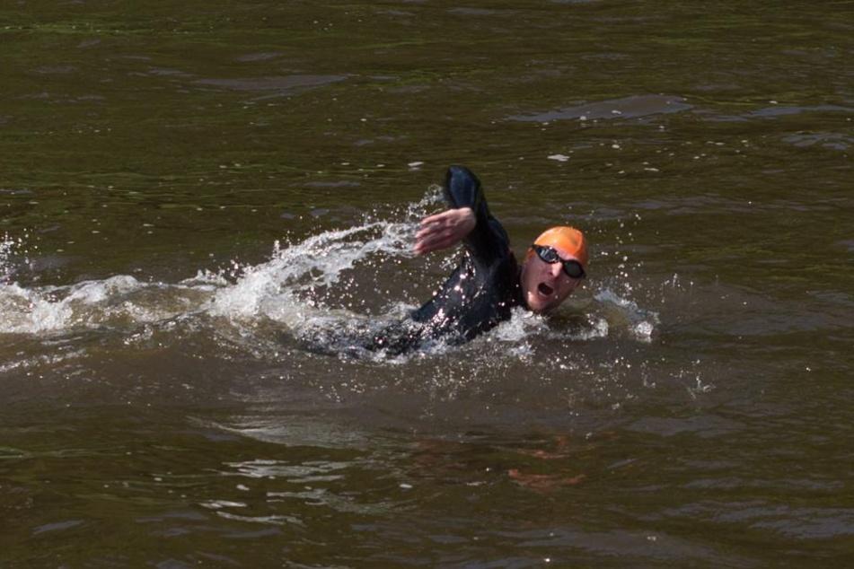 Im Neopren-Anzug schwamm Matthias Wagner zwei Kilometer durch die Elbe.