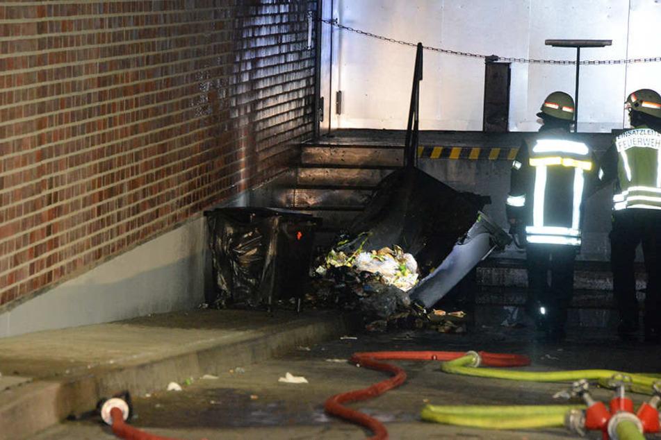 Zwei Mülltonnen brannten in der Lkw-Anlieferung.