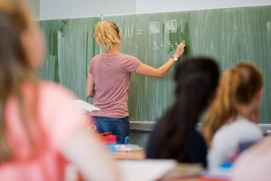 Um den Beruf des Lehrers an bestimmten Schulformen attraktiver zu machen, nimmt der Freistaat neues Geld in die Hand. (Symbolbild)