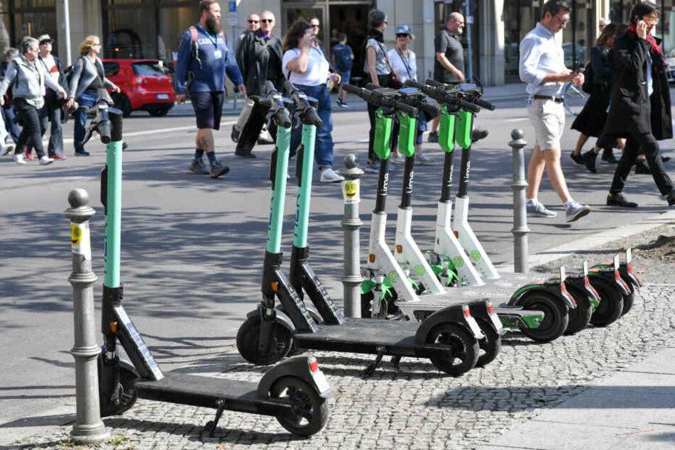 Geparkte E-Scooter an einer Straße.
