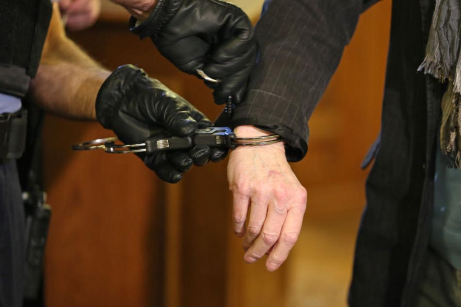 Im Ausland klickten die Handschellen: Ermittler konnten zwei mutmaßliche Millionenbetrüger festnehmen. (Symbolbild)