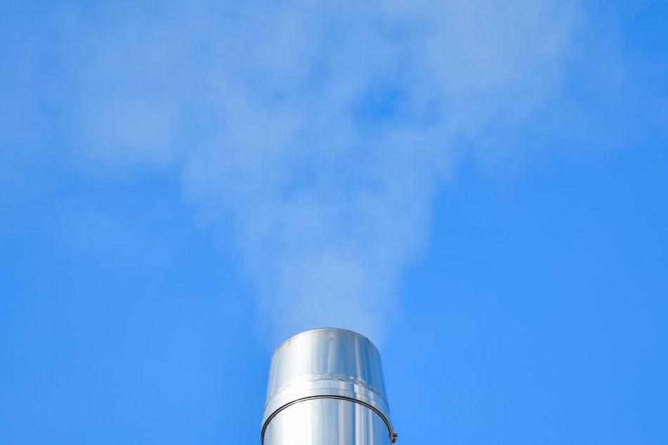 Rauch steigt aus dem Schornstein eines Gebäudes mit einem Grill-Restaurant am Marktplatz in der Innenstadt.