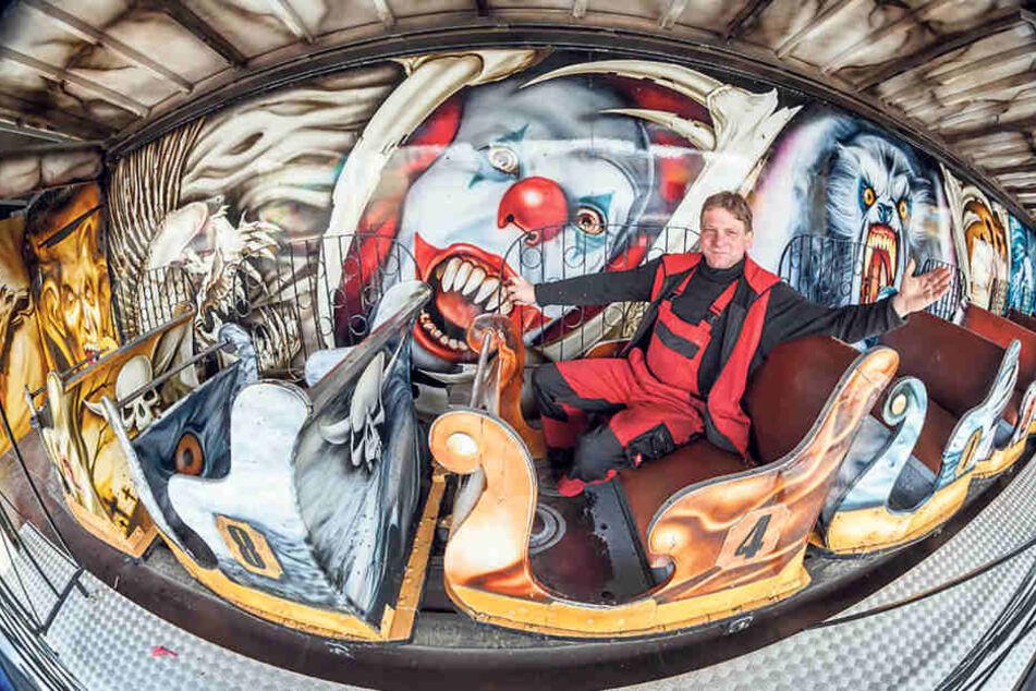 Die Wagen sind noch Original: Chef Daniel Hahnemann (44) ist stolz auf seine  Geisterbahn.