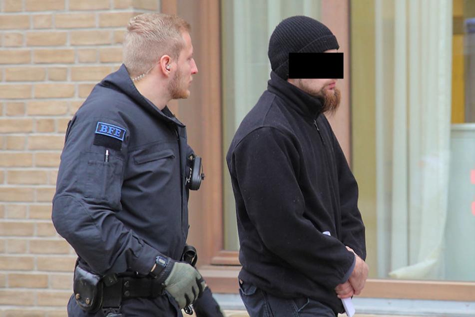 Gegen Bemjamin Z. (28) ermittelt die Staatsanwaltschaft wegen der  Connewitz-Krawalle.