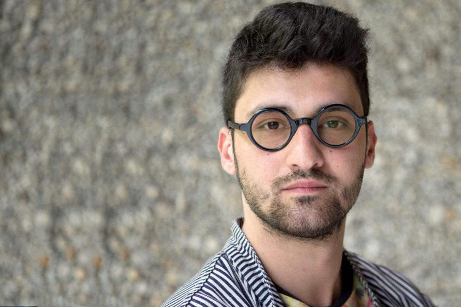 Regisseur Ersan Mondtag schaut bei einer Pressekonferenz zum 53. Berliner Theatertreffen in die Kamera.