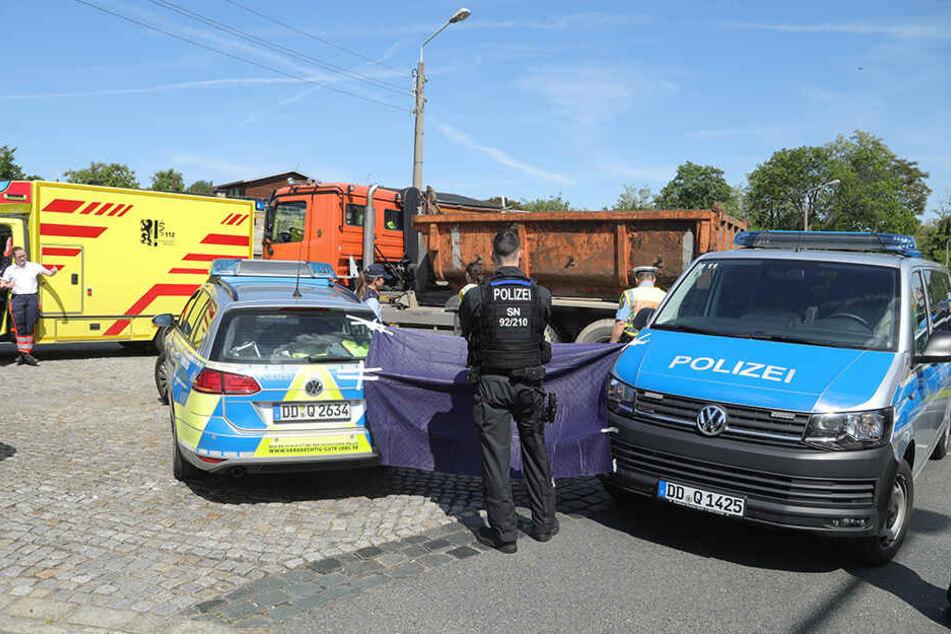 Die Polizei schützte die Unfallstelle vor neugierigen Blicken.