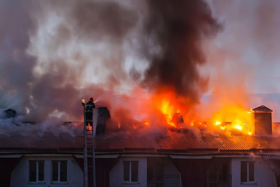 Zwei Menschen wurden beim Brand der Wohnung schwer verletzt und mussten sogar reanimiert werden. (Symbolbild)
