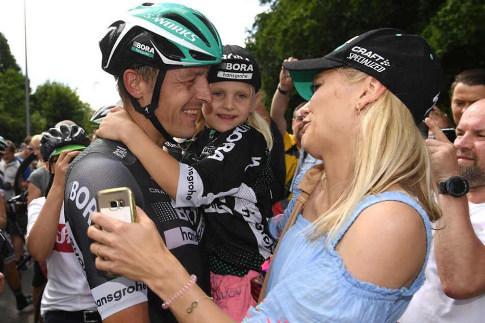 Ehefrau Maria und die gemeinsame Tochter Lena wünschen Marcus Burghardt viel Glück für seine Jubiläumstour. Der 35-Jährige fährt seine zehnte Tour de France.