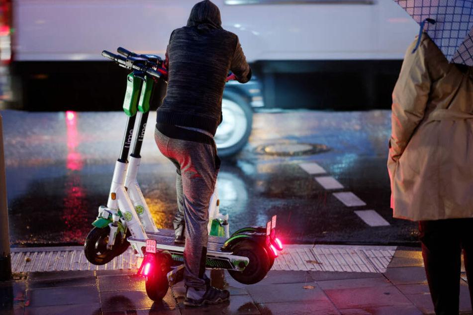 Ein freiberuflicher Mitarbeiter lädt die E-Scooter ein und lädt sie auf.