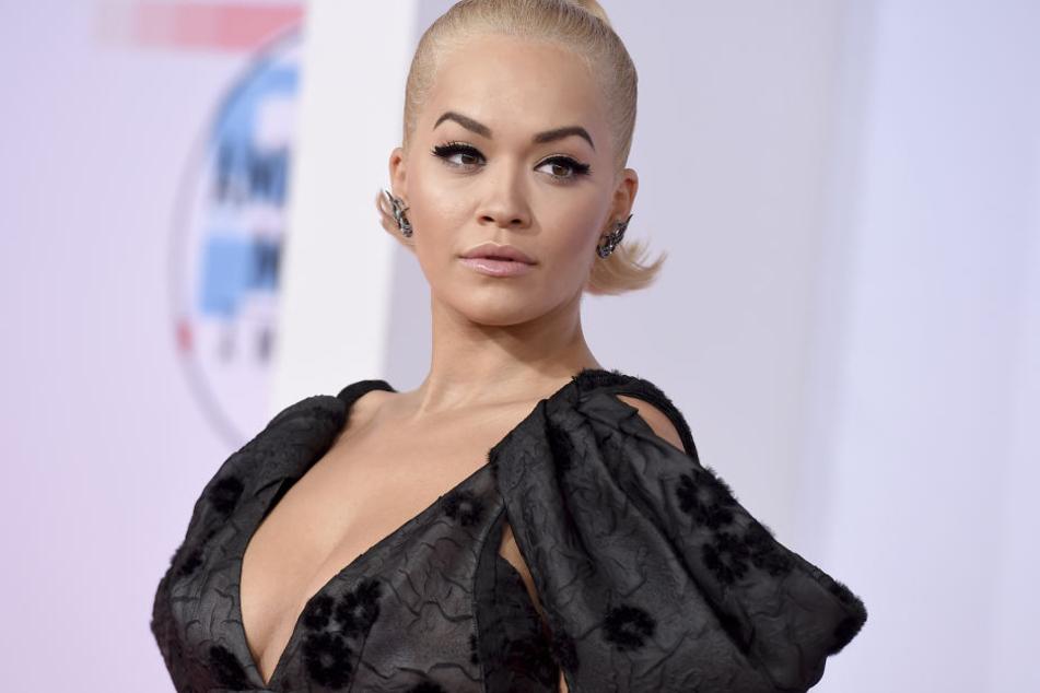 Rita Ora (27) überraschte ihre Fans im verrückten Post-Malone-Kostüm.