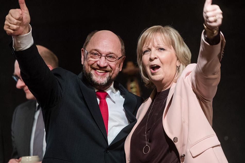 Hier stehen NRWs-Ministerpräsidentin Hannelore Kraft und SPD-Kanzlerkandidat Martin Schulz zusammen auf dem Podium.