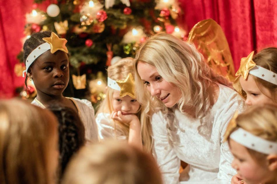 Das Christkind nimmt Weihnachtswünsche von den Kindern entgegen.