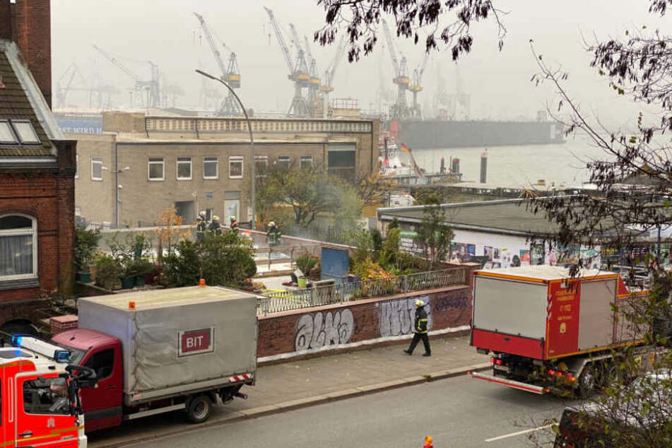 Rauch steigt aus unterirdischem Gebäude am Hafen auf