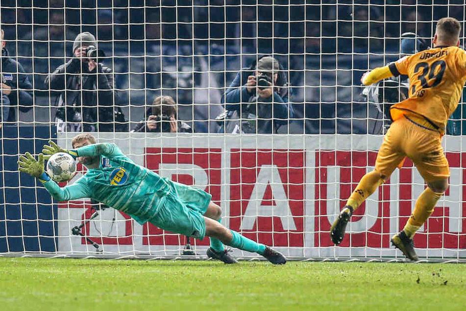 Die Vorentscheidung: Hertha-Keeper Thomas Kraft (l.) hält im Elfmeterschießen gegen Dynamo-Verteidiger Kevin Ehlers.