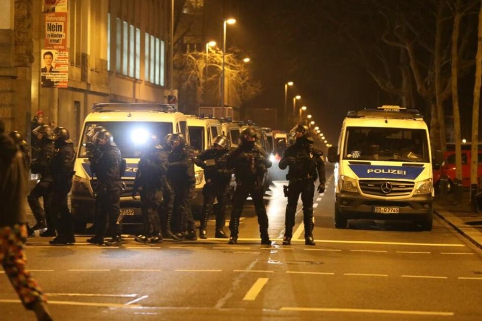 Im Laufe der Demo sollen 13 Polizisten leicht verletzt worden sein. Die Polizei sprach von sechs Festnahmen. Ob es auch auf Seiten der Demonstranten Verletzte gab, war zunächst nicht bekannt.