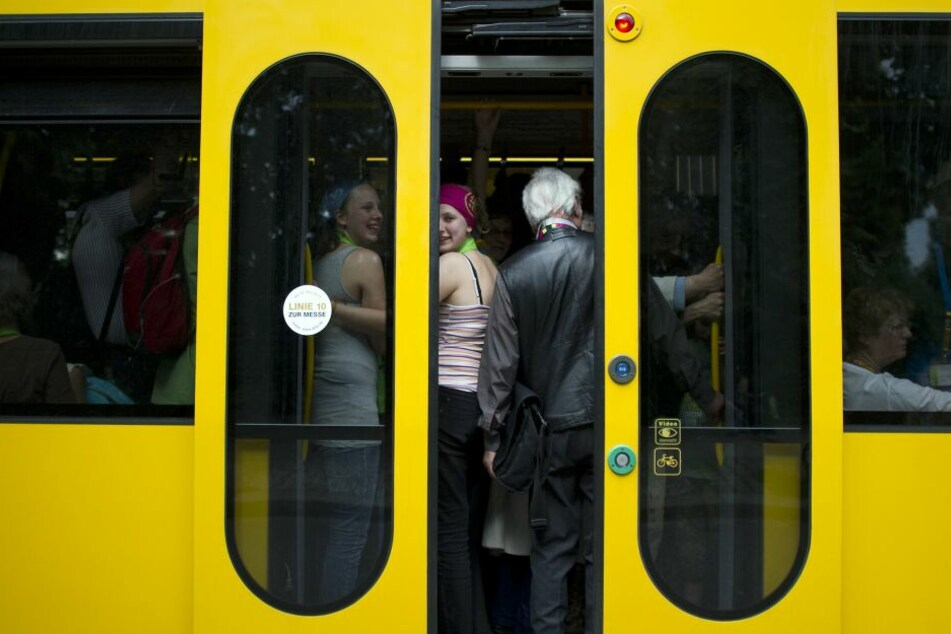 Streit in Straßenbahn eskaliert: Zwei Frauen verletzt