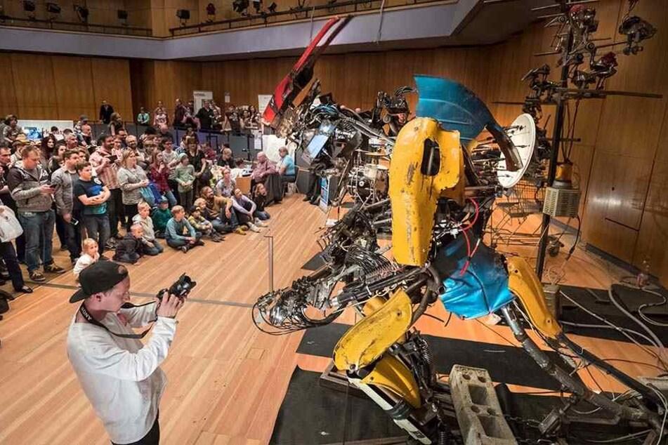"""Robo-Mukke: Die Band """"The One Love Machine"""" tritt auf dem """"Maker Faire"""" auf."""