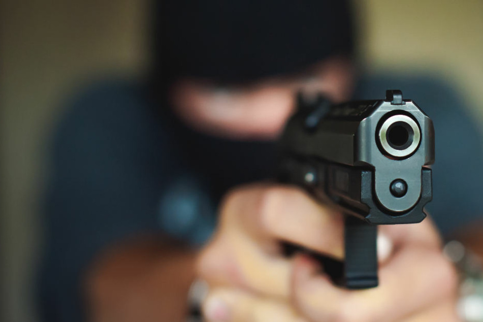 Mitarbeiter bedroht: Vermummter überfällt Bank