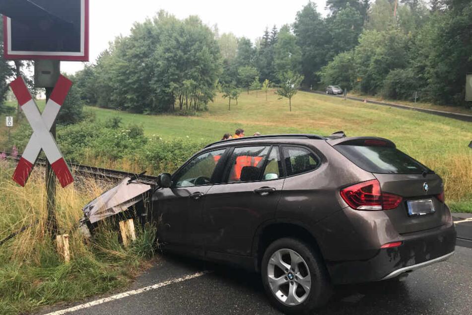 Der BMW X1 ist nach dem Zusammenstoß schwer beschädigt.