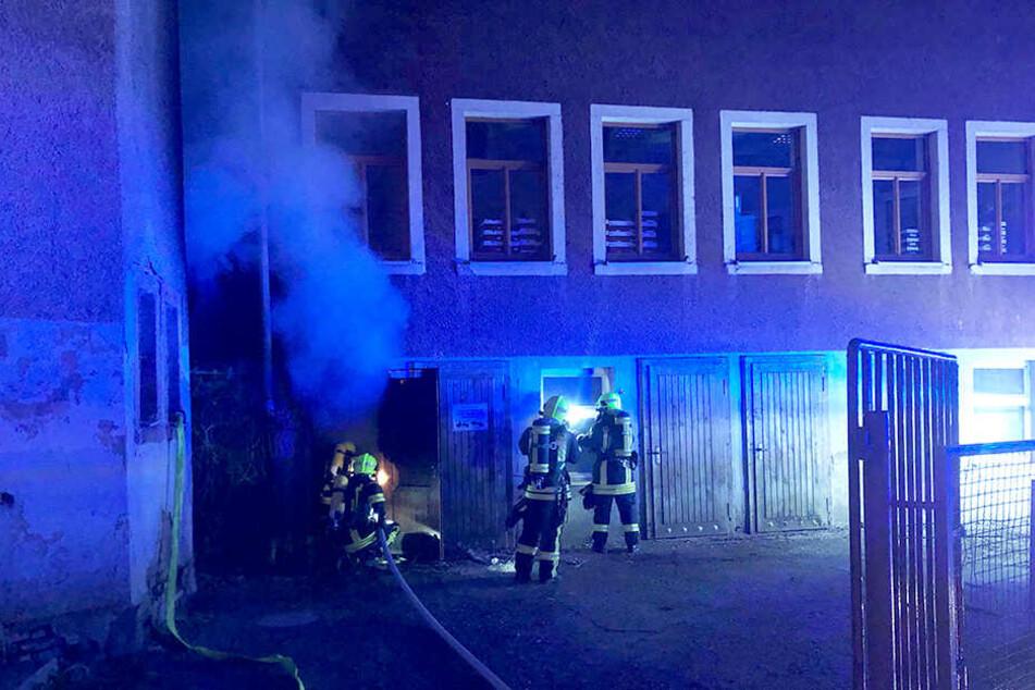Dicke Rauchwolken drangen bei dem Brand aus dem Keller.