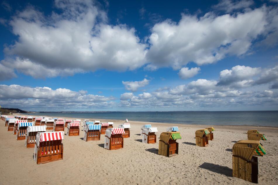 Schleswig-Holstein, Timmendorfer Strand: Geschlossene Strandkörbe stehen auf dem fast menschenleeren Strand an der Ostsee.