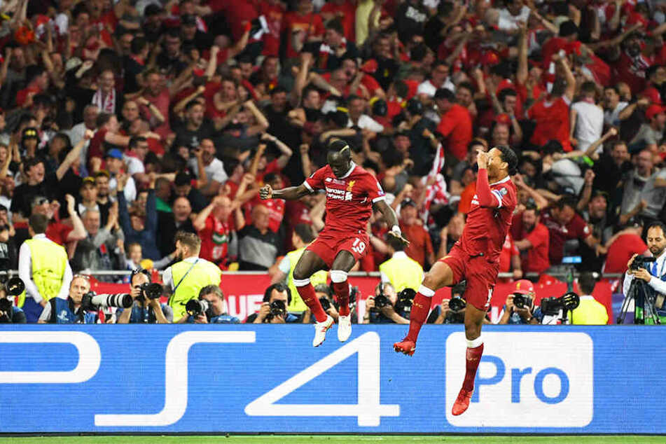 Der starke Sadio Mané und Mannschaftskollege Virgil van Dijk bejubeln den Liverpooler Ausgleich.