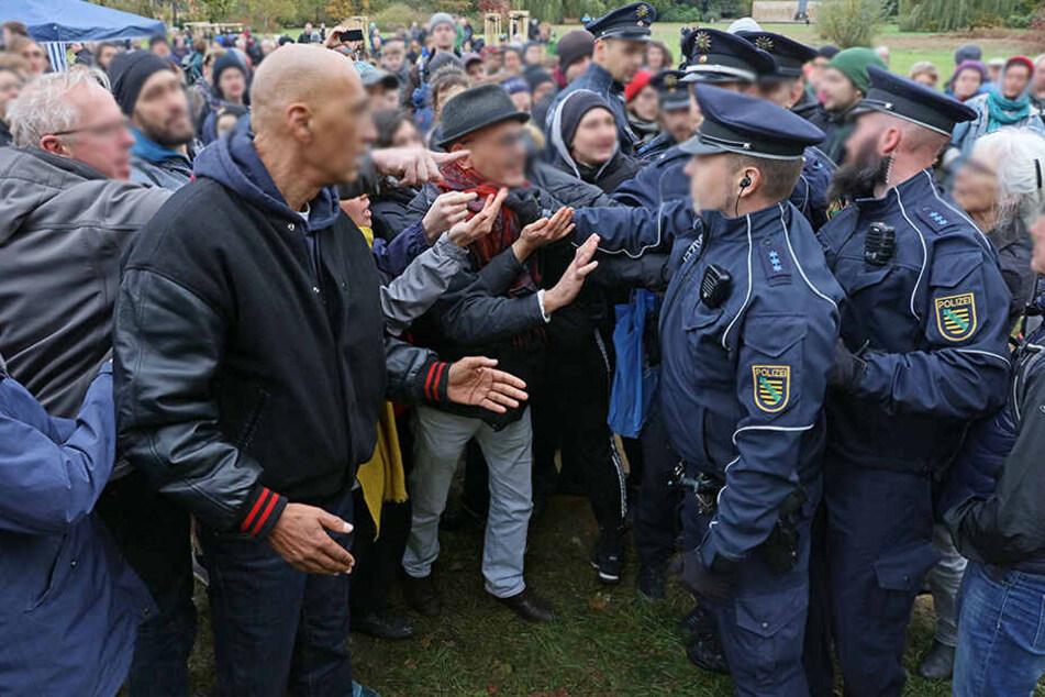 Am Rande der Einweihung kam es zu leichten Tumulten zwischen den Teilnehmern und der Polizei.