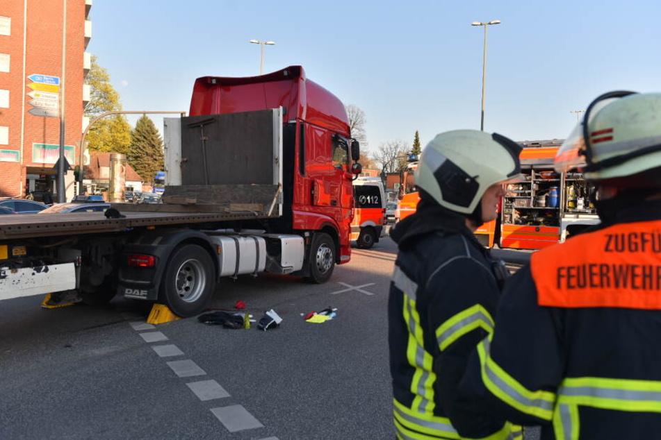 Straßensperrung nach Schock-Unfall: Überrollte dieser Laster eine Seniorin?