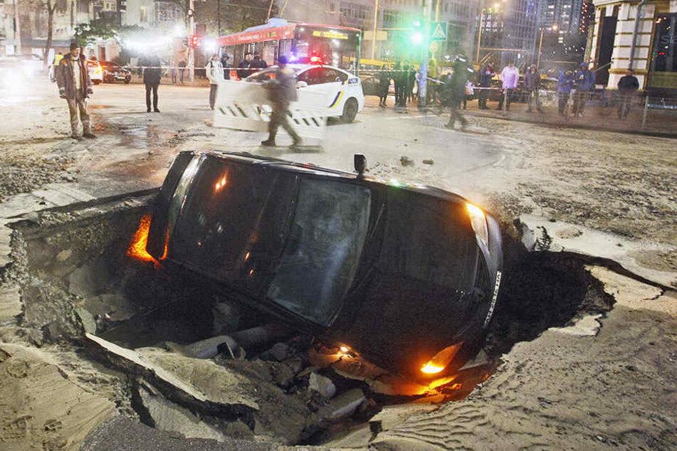 Wegen eines Rohrbruchs ist eine Straße in Kiew eingebrochen.