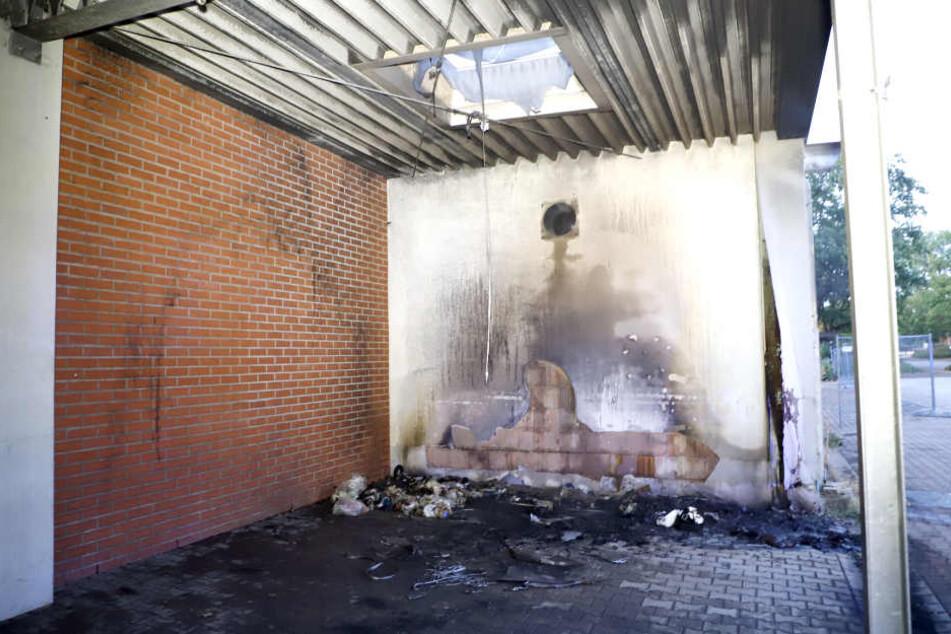 In der Wilhelm-Firl-Straße brannte eine Tonne unter einem Vordach eines ehemaligen Supermarktes.