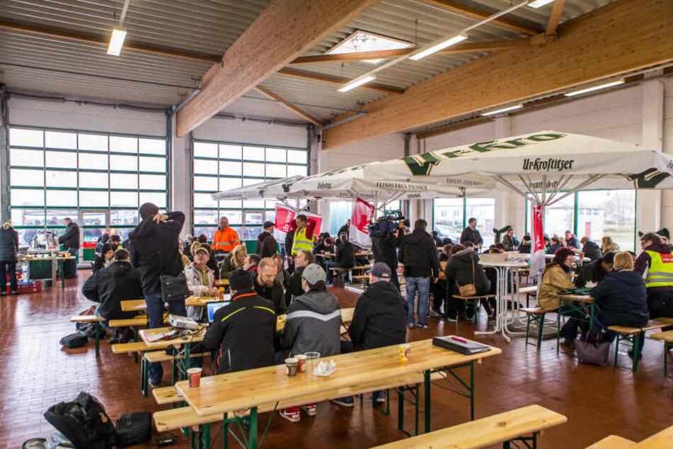 Mitarbeiter des Internetversandhändlers Amazon haben am Freitagmorgen in Leipzig die Arbeit niedergelegt (Archivbild).