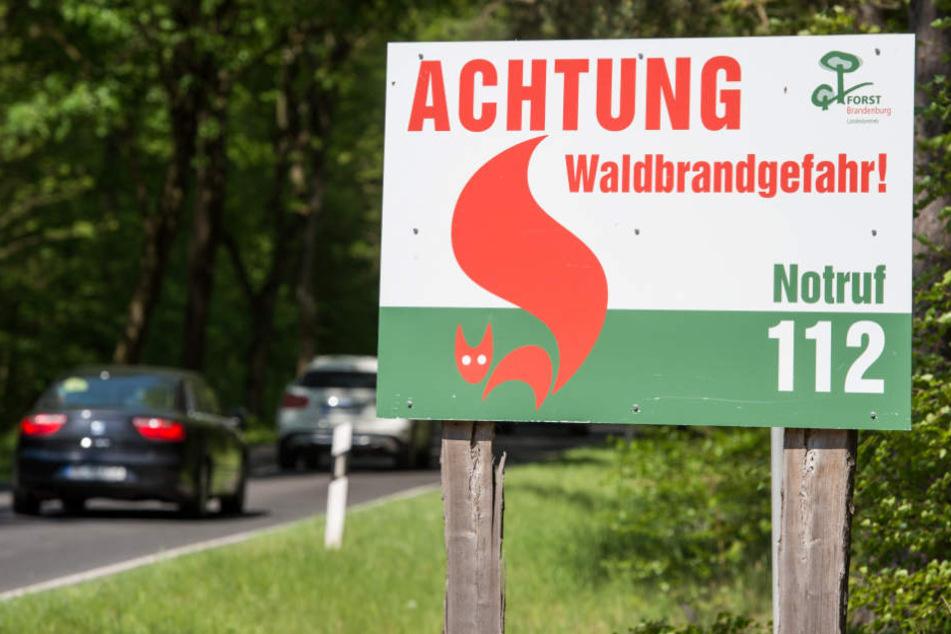 Mit Warntafel werden Einheimische und Touristen um Aufmerksamkeit gebeten.