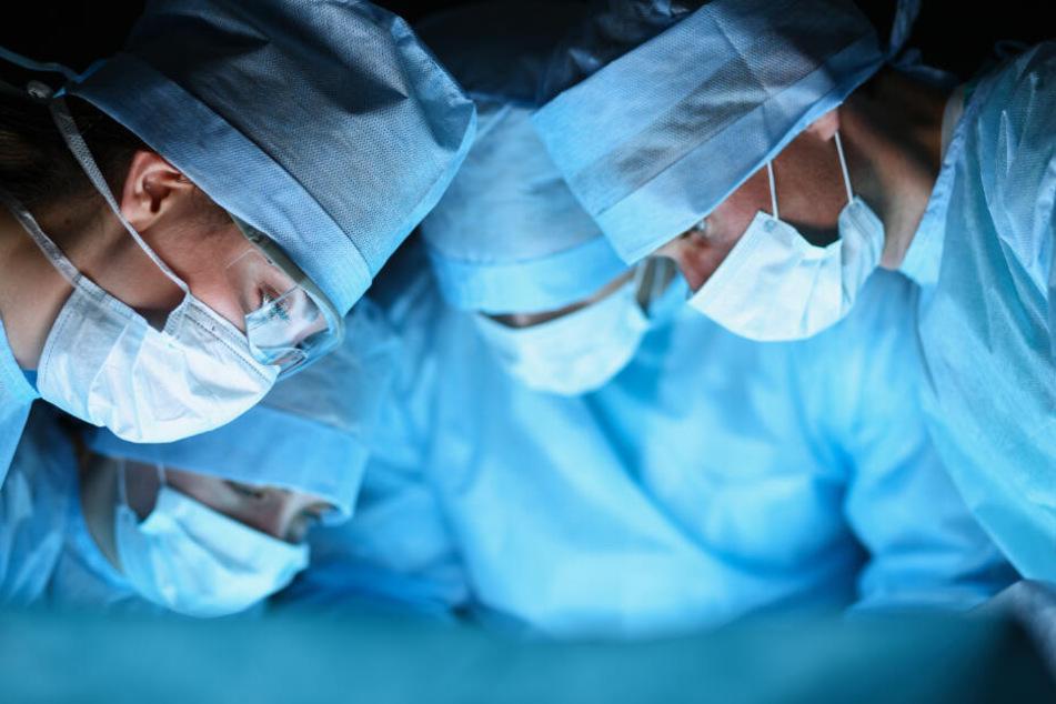 Die Operation lief erfolgreich. Jetzt muss sich der Mann einer umfangreichen psychische Behandlung unterziehen. (Symbolbild)