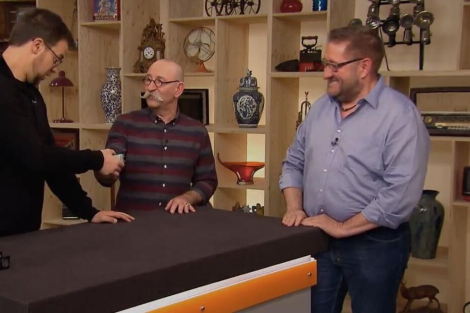 Besitzer Thomas aus Bonn (rechts) zeigt dem Experten von Bares für Rares seine Chiffriermaschine.