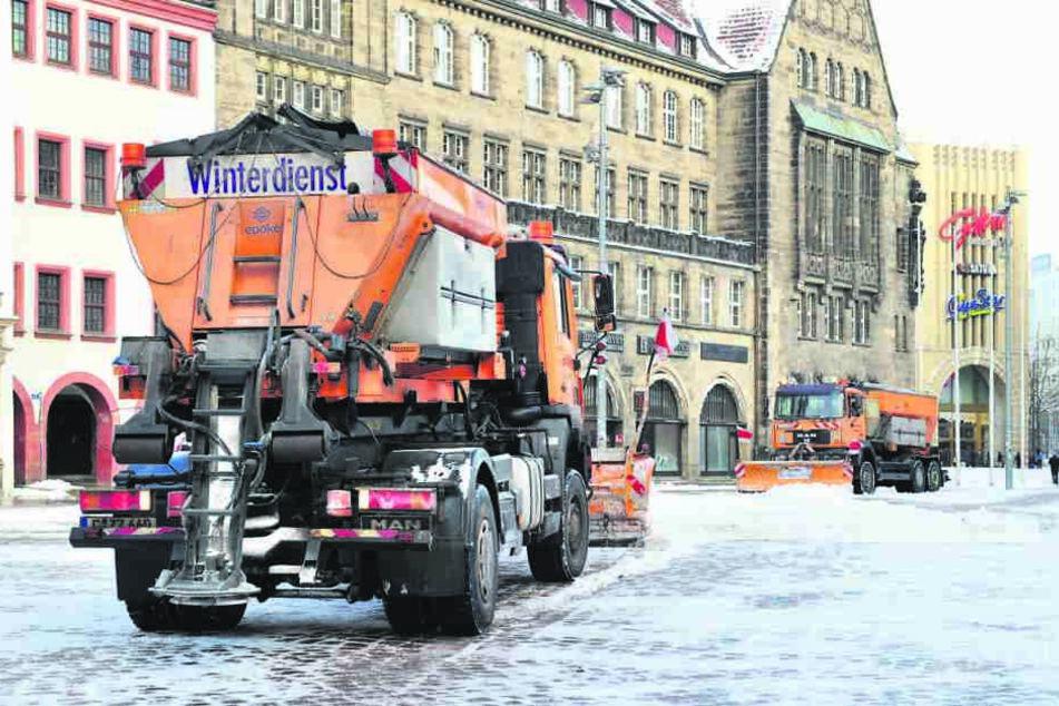 Winterdienstfahrzeuge beim Schneeschieben auf dem Chemnitzer Marktplatz.