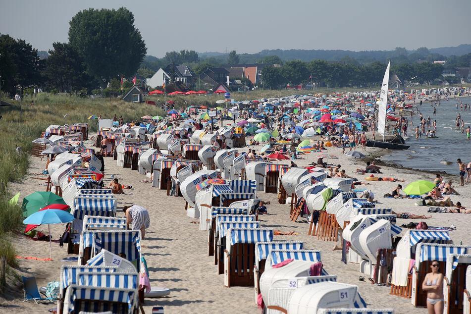 Mit Badegästen und Strandkörben gut gefüllt ist der Strand von Scharbeutz bei Sonnenschein und Temperaturen um die 30 Grad Celsius.