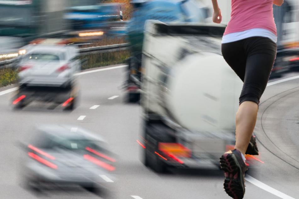 Frau läuft unter Schock auf Autobahn und wird angefahren