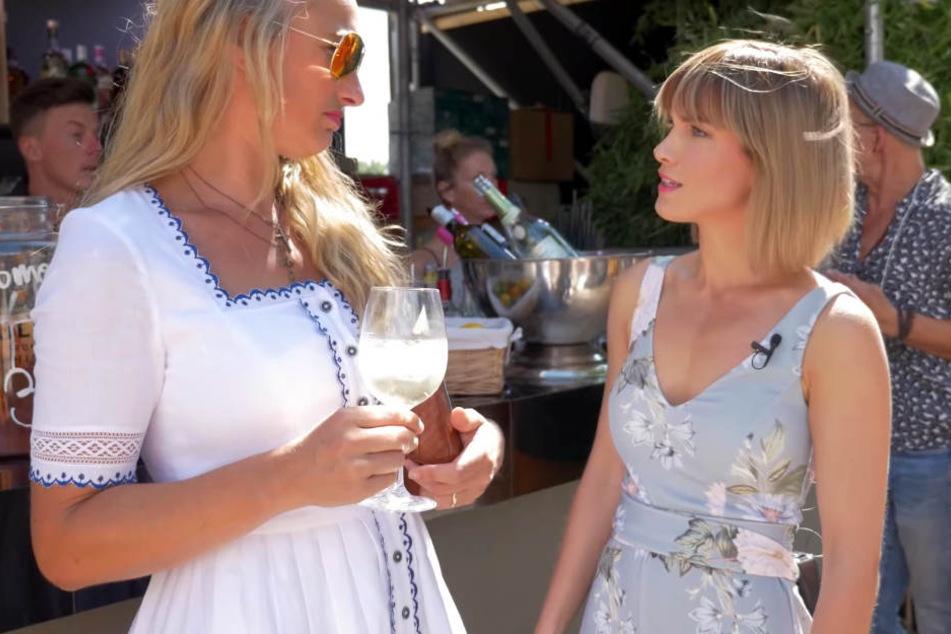 Im hellblauen Jumpsuit mit Blütenmuster ging es für Isabell Horn auf die Fashion Week in Berlin. Dort traf sie unter anderem Ex-Kollegin Eva Mona Rodekirchen.