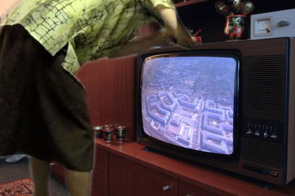 Die Oma sollte den Fernseher anschalten, währenddessen durchwühlte der Räuber die Schränke der 89-Jährigen. (Symbolbild)