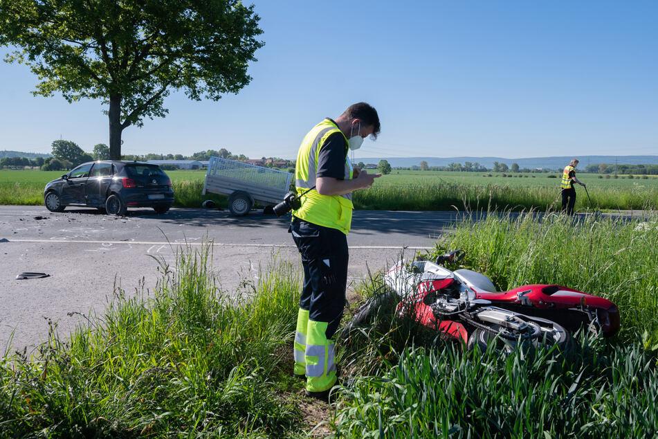 Ein Mitarbeiter der Verkehrsunfallforschung der Medizinischen Hochschule Hannover MHH steht neben dem verunfallten Motorrad an der Kreisstraße bei Groß Munzel.